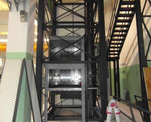 Fasi di installazione del montacarichi, vista accesso al piano terra.