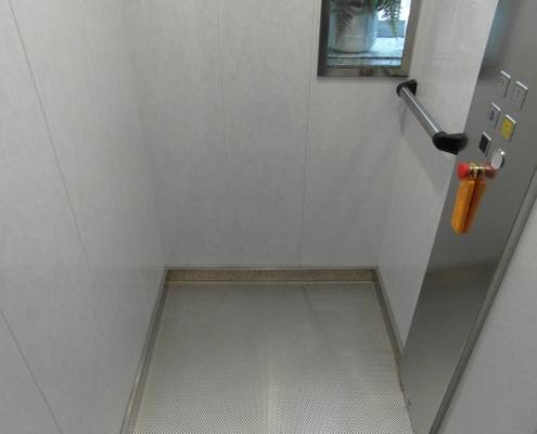 Interno cabina , notare la pulsantiera in acciaio.