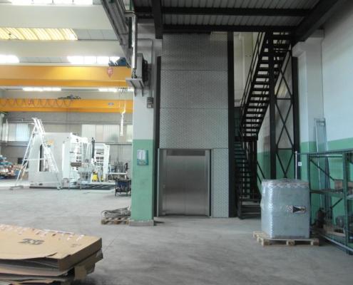 Montacarichi installato presso la ditta IMSA di Bazago (LC).