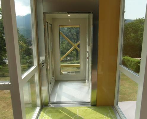 serramento di alluminio che collega la truttura dell'ascensore