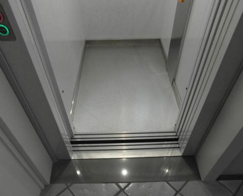 Pavimento della cabina ascensore rivestito con acciaio inox antiscivolo con zoccolini battiscopa