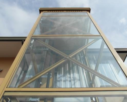 Struttura per ascensore esterno con facciata continua per limitare al massimo il deposito di residui.