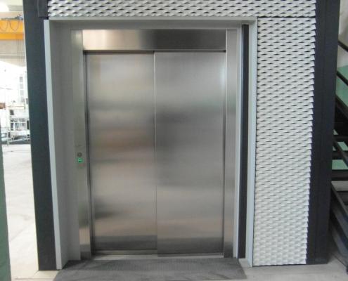 Vista della porta in acciaio inox al piano terra.