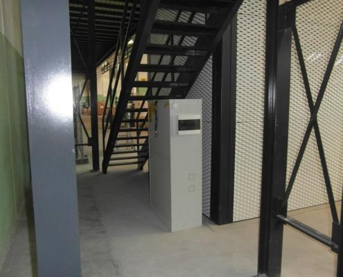 Vista dell'armadio di comando posto sotto la scala vicino alla struttura del montacarichi