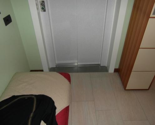 Porta scorrevole per ascensore vista dalpiano primo