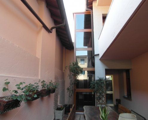 Ascensore di tre fermate installato all'esterno di una casa privata a Valmadrera in provincia di Lecco