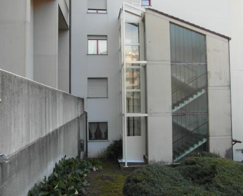 Ascensore esterno installato a Lecco nella frazione di San Giovanni con struttura autoportante tamponata a vetri