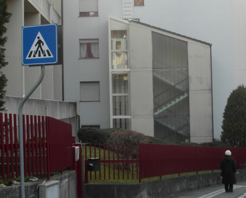 Ascensore esterno installato a Lecco nella frazione di San Giovanni con struttura autoportante tamponata a vetri.