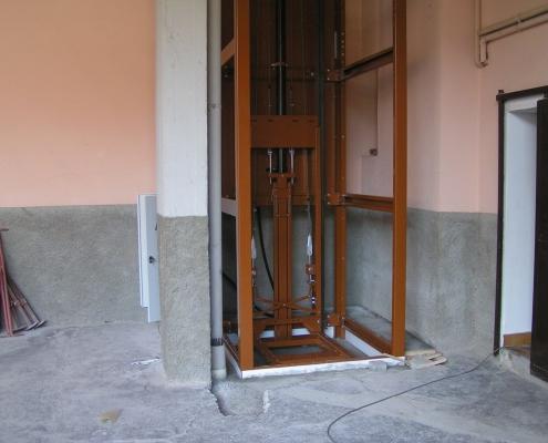 Fase di installazione della parte meccanica di scorrimento.