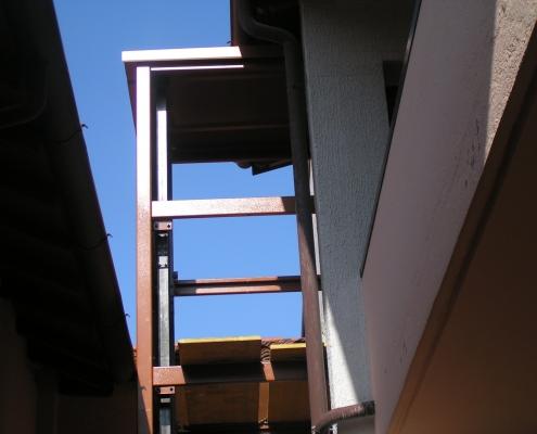 Fase di installazione della parte superiore della struttura.