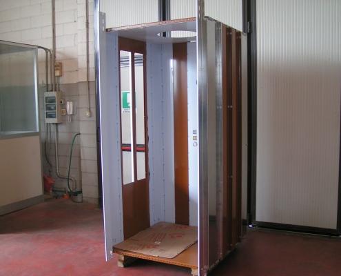 Fase di realizzazione della cabina del mini ascensore.