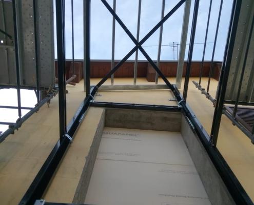 Immagine scattata verso l'alto dall'interno della struttura.