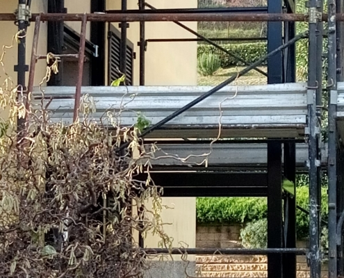 Immagini scattate durante il montaggio della struttura esterna per ascensore.