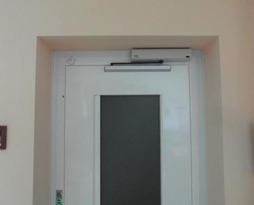 Parte alta della porta a battente di piano automatica.