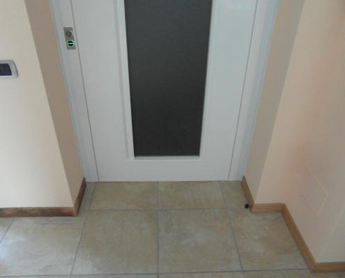 Parte bassa della porta a battente di piano automatica