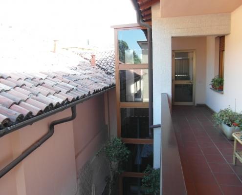 Parte superiore con sbarco sul balcone al secondo piano.
