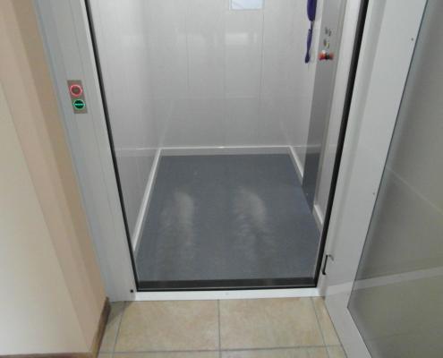 Pavimento rivestito in gomma a bolli di colore grigio intercambiabile.