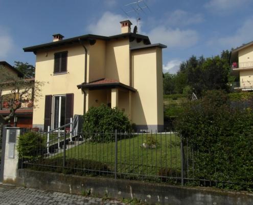 Piattaforma elevatrice con vano esterno installata a Sartirana frazione di Merate (Lecco)