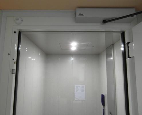 Sistema di apertura e chiusura in automatico della porta di piano a battente.