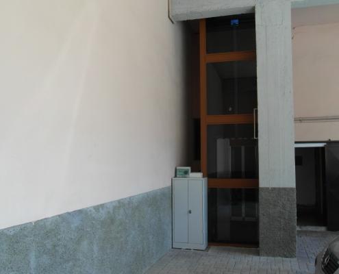 Vista armadio di manovra posizionato vicino alla struttura al piano terra.
