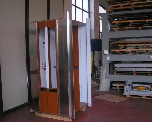 Lato sinistro della cabina predisposto per l'alloggiamento di due inserti in vetro.